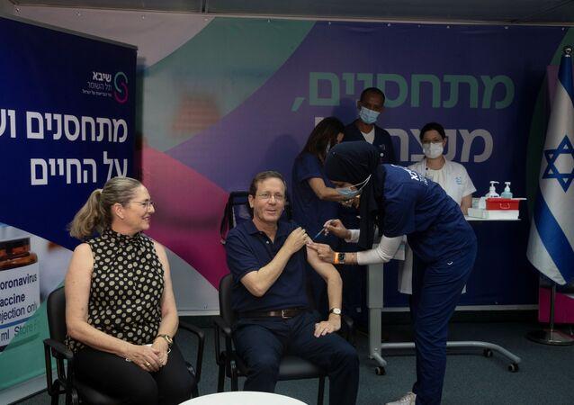 Koronavirüsün Delta varyantına karşı üçüncü doz aşı kampanyası başlatan İsrail'de üçüncü dozu ilk yaptıran Cumhurbaşkanı Isaac Herzog oldu.