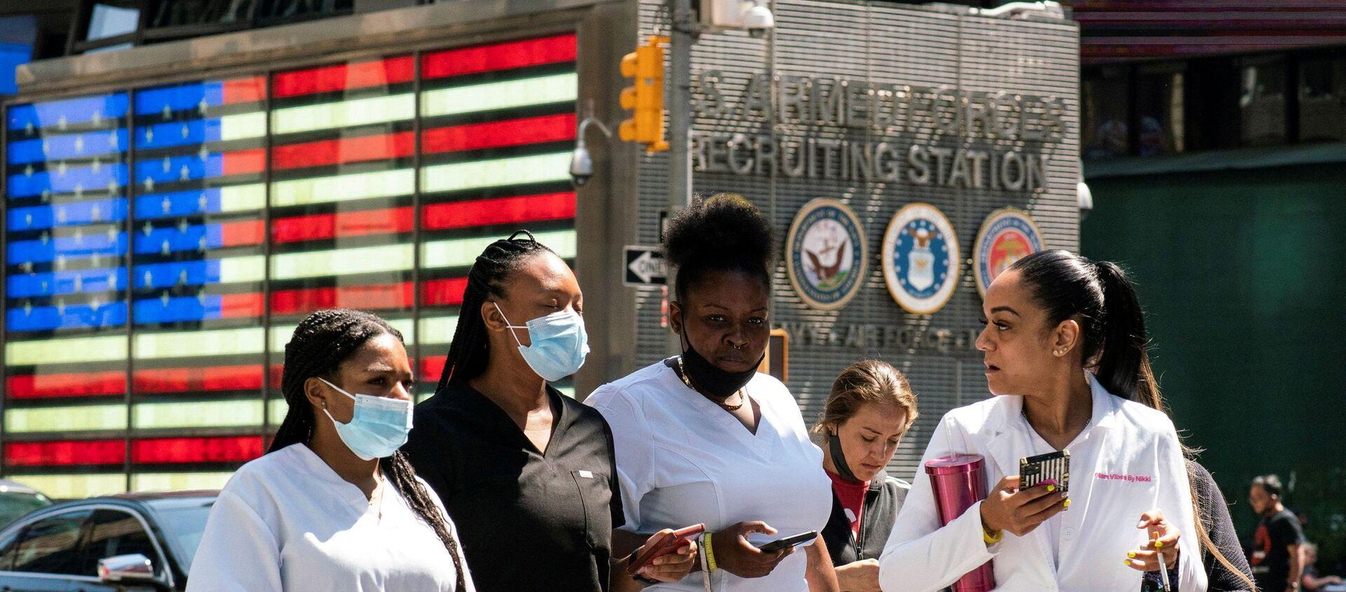 New York'ta Delta varyantı yüzünden Kovid vakaları yeniden artarken Times Meydanı'nda maskeyle dolaşılıyor. - Sputnik Türkiye, 1920, 30.07.2021