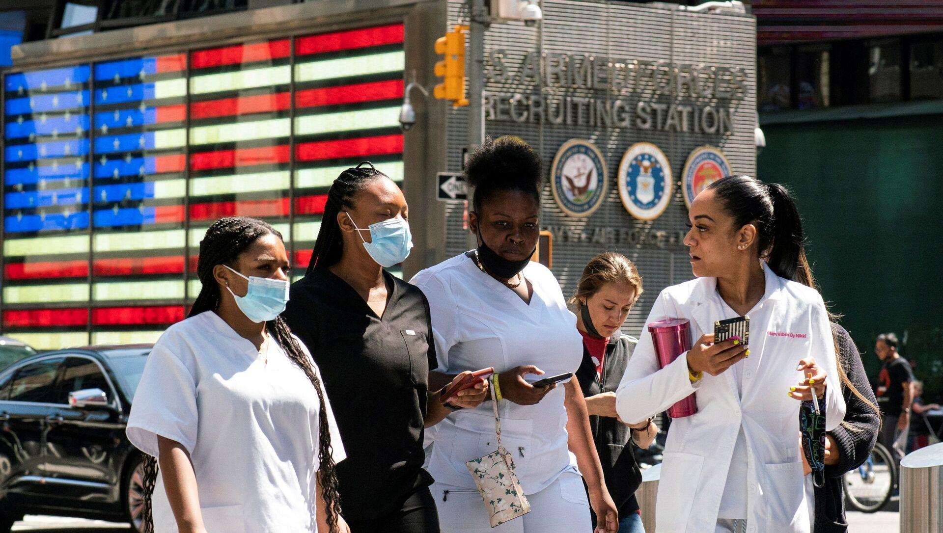 New York'ta Delta varyantı yüzünden Kovid vakaları yeniden artarken Times Meydanı'nda maskeyle dolaşılıyor. - Sputnik Türkiye, 1920, 02.08.2021