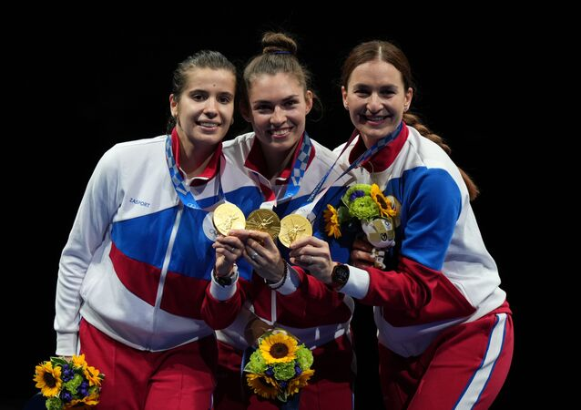 Tokyo Olimpiyat Oyunları'nda yarışan Rus kadın eskrim takımı, turnuvanın finalinde Fransız rakiplerini eleyerek Rusya'ya altın madalya kazandı.