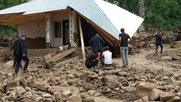 Van'ın Başkale ilçesinde aniden bastıran sağanak nedeniyle meydana gelen sel onlarca yapıyı yıkarken, sulara kapılan bir kadın ise son anda kurtarıldı. - Sputnik Türkiye