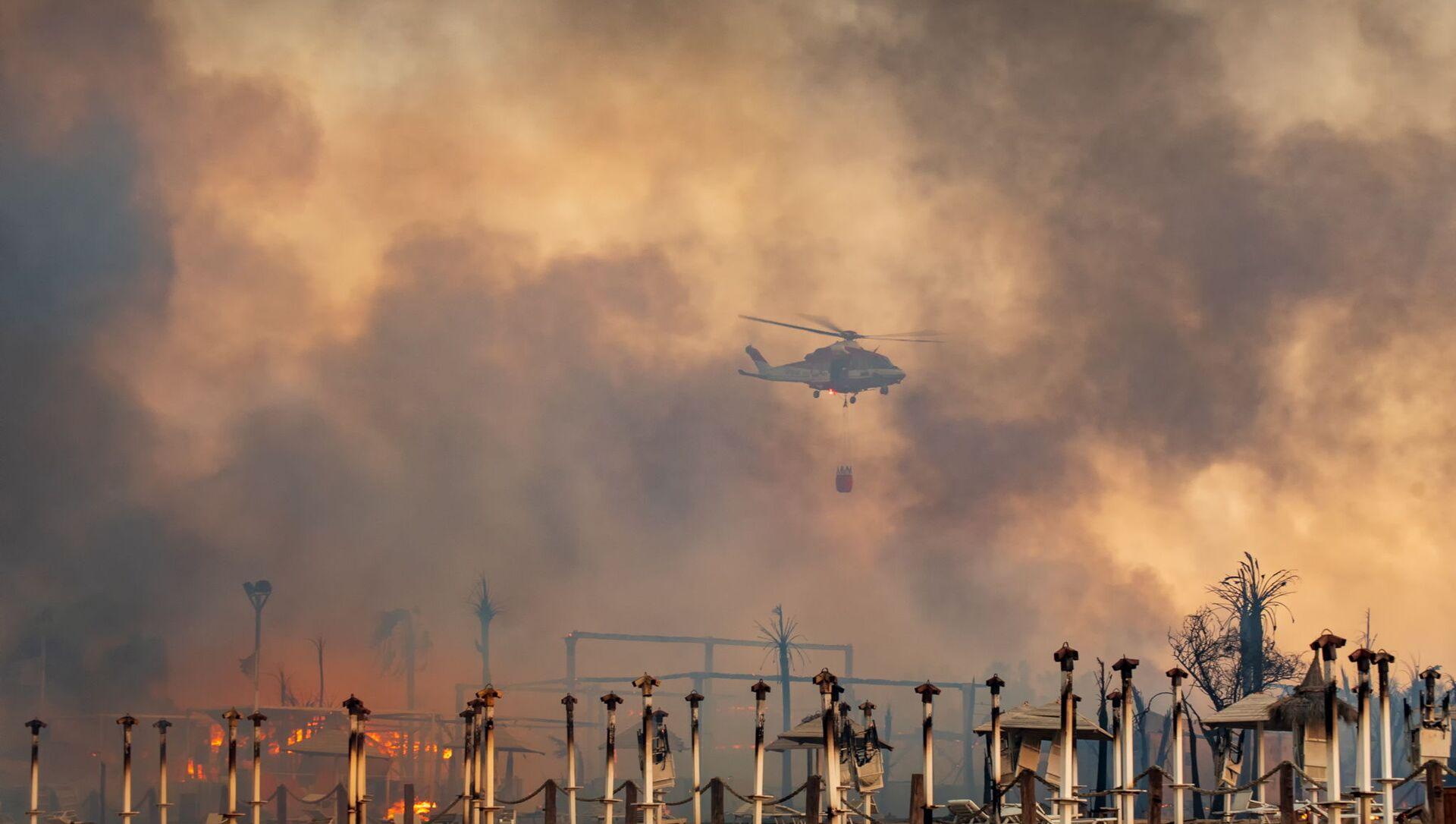 İtalya'nın Sicilya adası başta olmak üzere güney bölgeleri, orman ve kırsal alanlarda çıkan çok sayıdaki yangınla mücadele ediyor. - Sputnik Türkiye, 1920, 31.07.2021