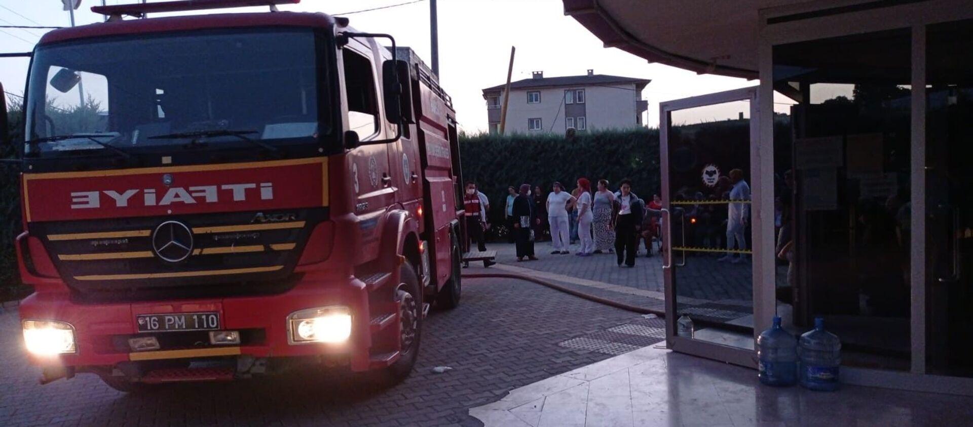 Bursa'nın İnegöl ilçesinde bir özel rehabilitasyon merkezinde hastaların yatakhanesinde yangın çıktı. Hastalar tahliye edilirken, yangın itfaiye ekiplerince söndürüldü. - Sputnik Türkiye, 1920, 01.08.2021