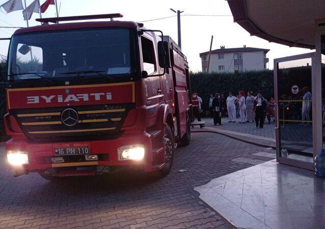 Bursa'nın İnegöl ilçesinde bir özel rehabilitasyon merkezinde hastaların yatakhanesinde yangın çıktı. Hastalar tahliye edilirken, yangın itfaiye ekiplerince söndürüldü.