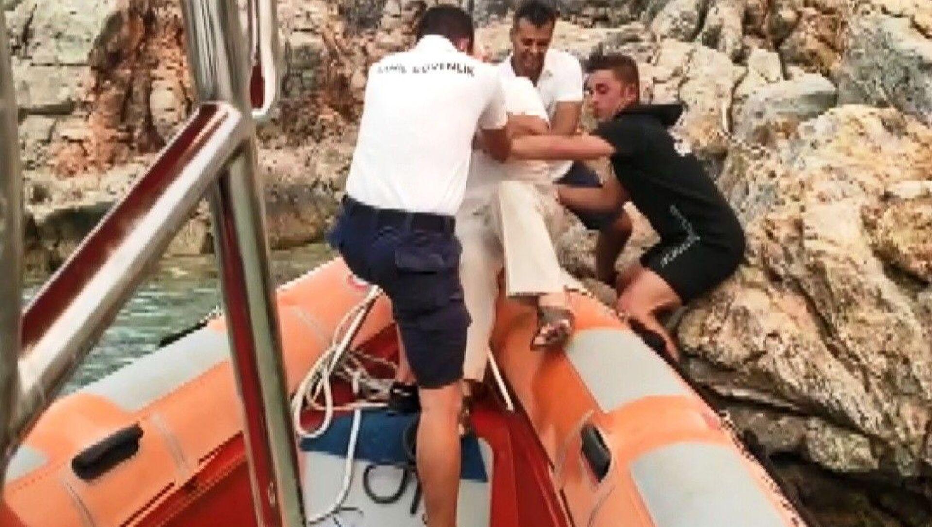 Kayalıklara sığınan yaşlı adamı, Sahil Güvenlik kurtardı - Sputnik Türkiye, 1920, 01.08.2021
