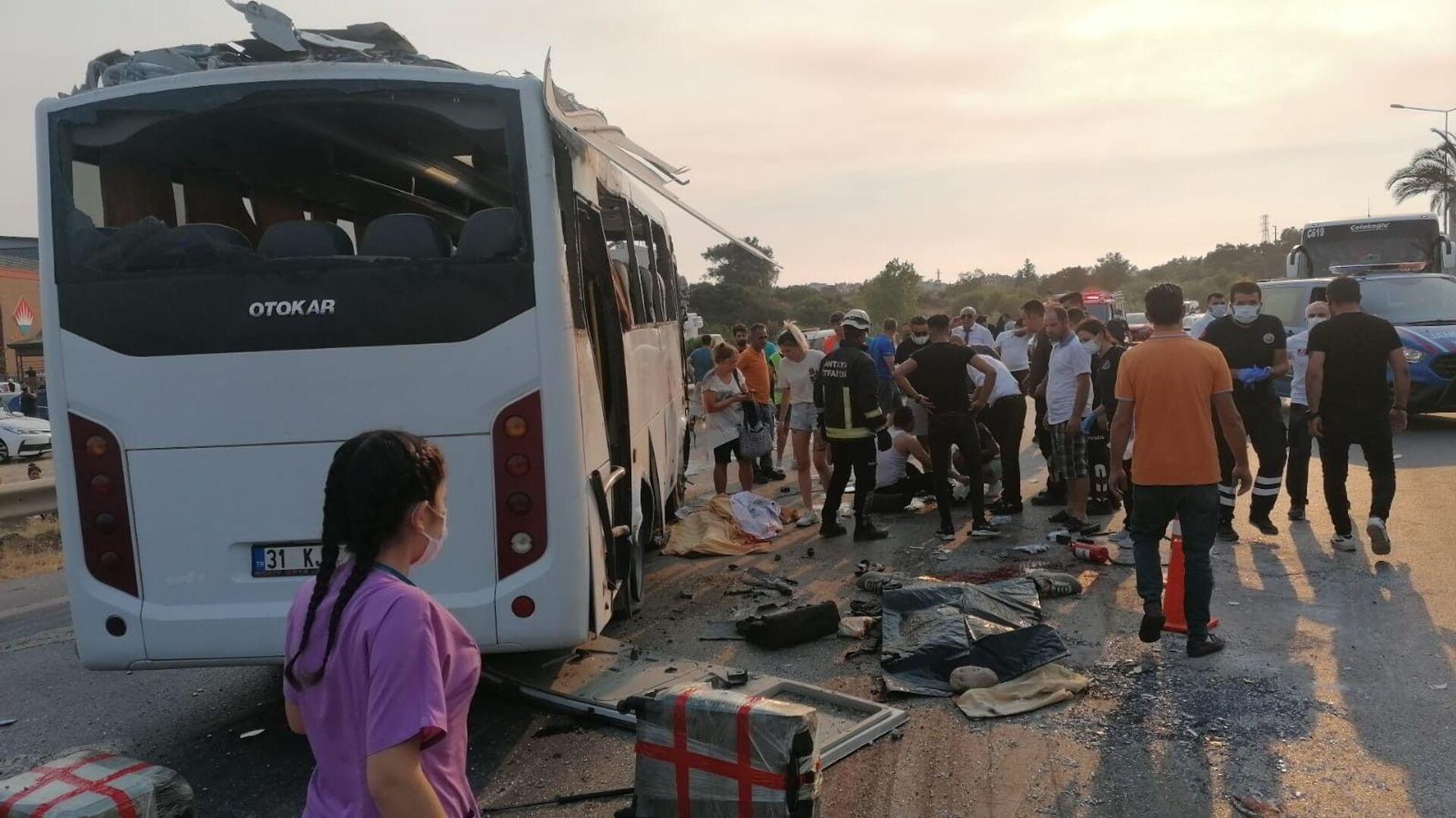 Manavgat'ta havaalanına yolcu taşıyan tur otobüsü kaza yaptı: 3 ölü, 5 yaralı - Sputnik Türkiye, 1920, 04.08.2021