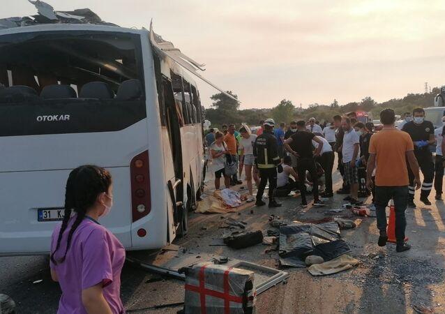 Manavgat'ta havaalanına yolcu taşıyan tur otobüsü kaza yaptı: 3 ölü, 5 yaralı
