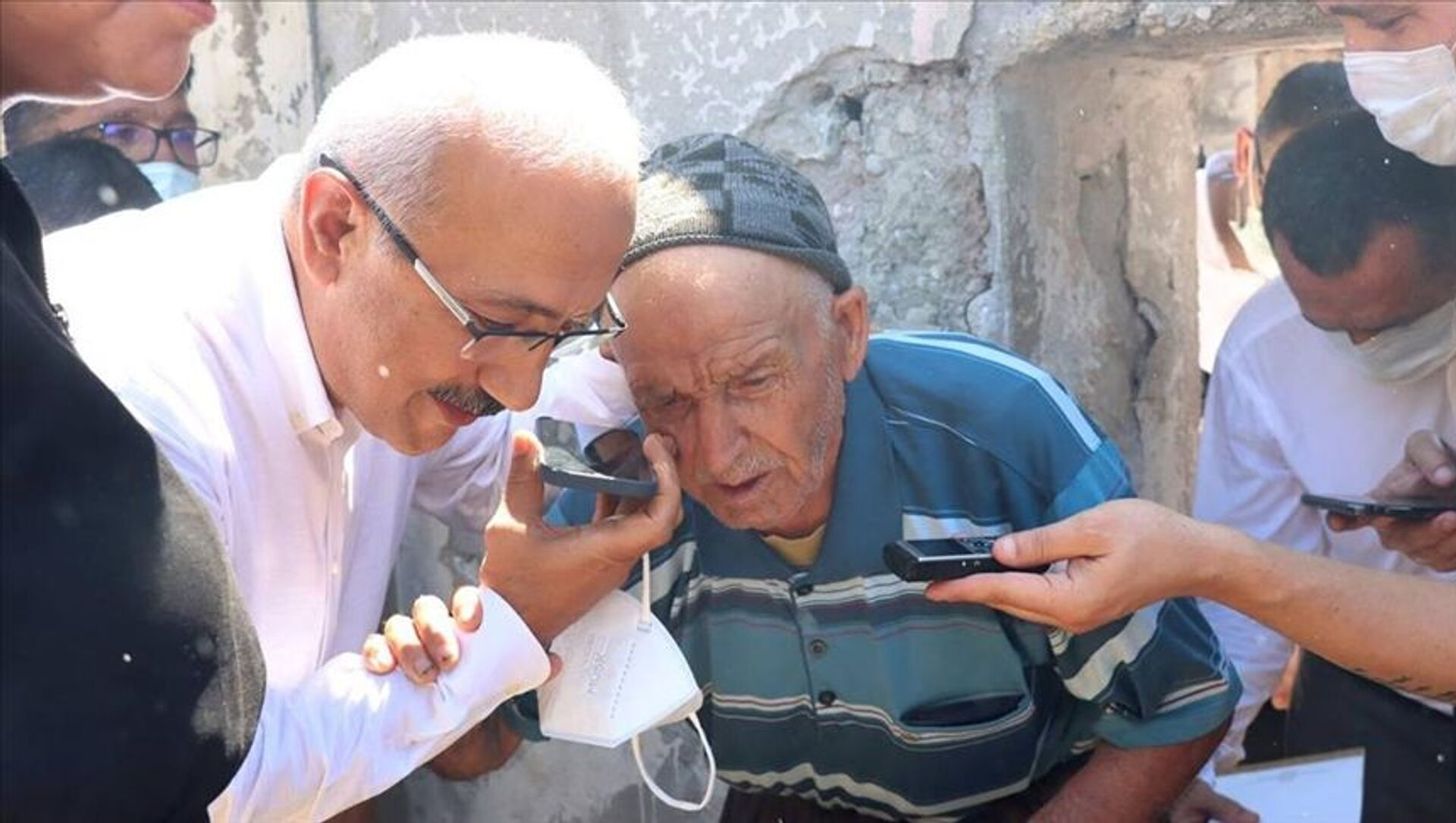 Cumhurbaşkanı Erdoğan Mersin'deki orman yangınında evi zarar gören yaşlı kişiyle telefonda görüştü - Sputnik Türkiye, 1920, 02.08.2021