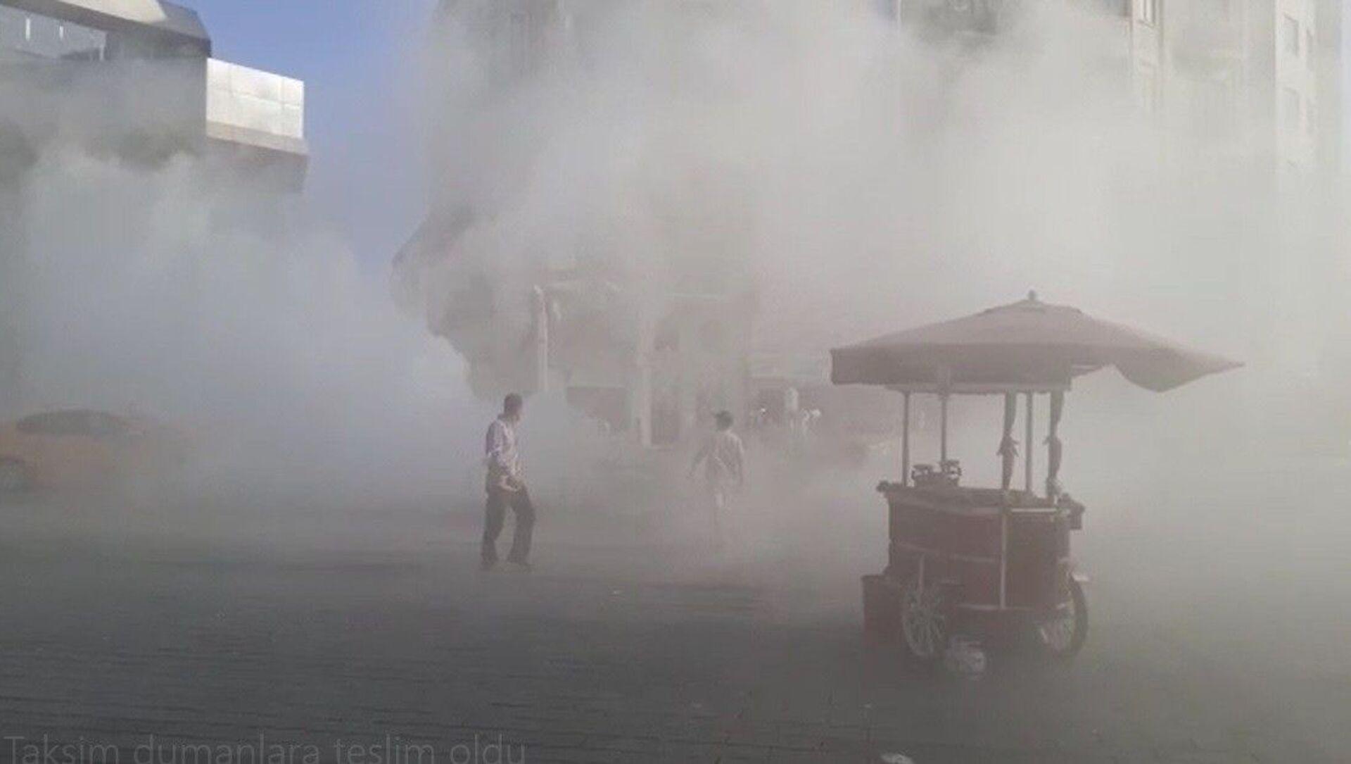 Taksim Meydanı dumanlara teslim oldu - Sputnik Türkiye, 1920, 02.08.2021