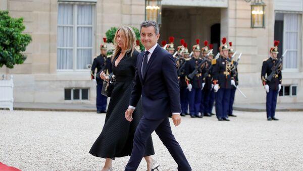 Fransa İçişleri Bakanı Gerald Darmanin ile eşi, Elysee Sarayı'na girerken - Sputnik Türkiye