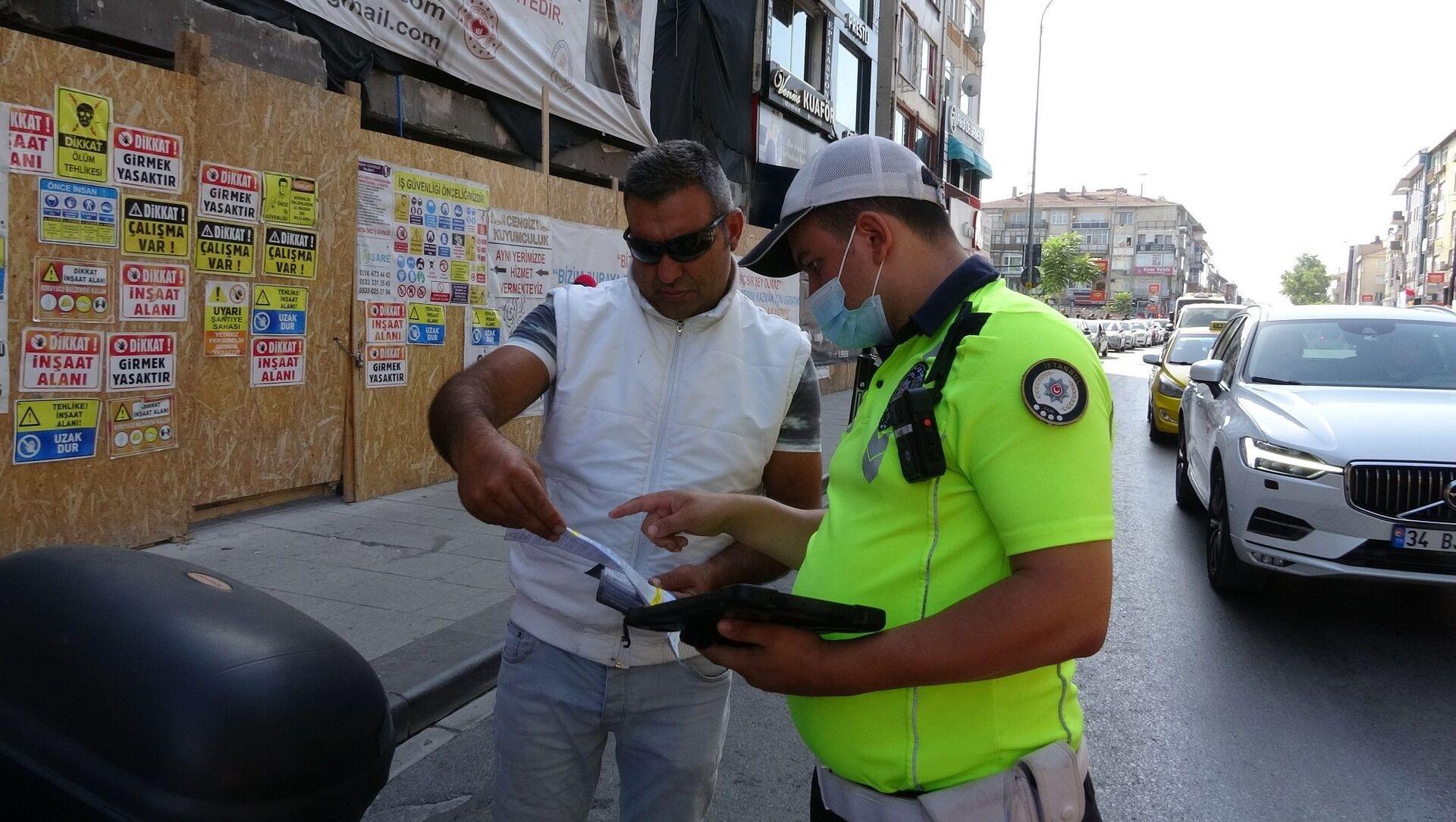 Denetimde, motosikletinin muayenesini geciktirdiği tespit edilen bir sürücüye para cezası kesildi.  - Sputnik Türkiye, 1920, 03.08.2021