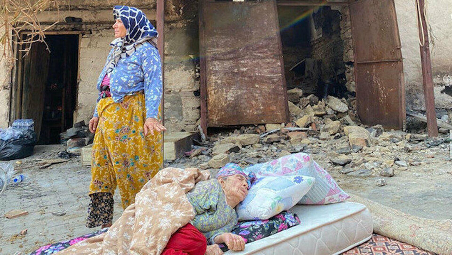 Manavgat'ta evi yanan fotoğraftaki kadının kızı: Annem alzheimer hastası, evinin yandığından haberi yok - Sputnik Türkiye, 1920, 03.08.2021