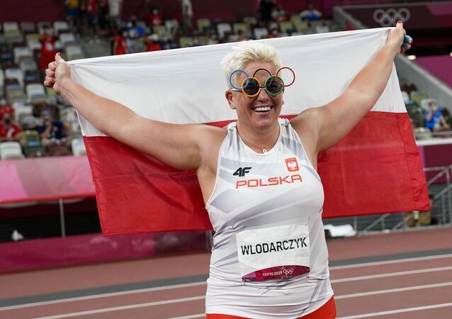 Polonyalı çekiççi Wlodarczyk, rakibinin eldivenleriyle üst üste 3 olimpiyat altın madalyası kazandı