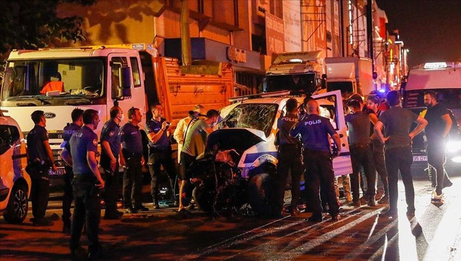 İzmir'de polis aracıyla otomobilin çarpışması sonucu 1 polis hayatını kaybetti - Sputnik Türkiye, 1920, 04.08.2021