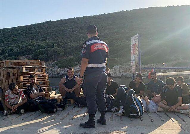 İzmir'in Urla ilçesinde yasa dışı yollarla yurt dışına çıkma hazırlığında olan 19 düzensiz göçmen yakalandı.