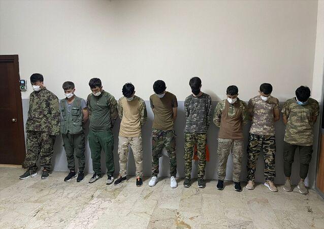 Zeytinburnu'nda asker kıyafetiyle dolaşan 9 düzensiz Afgan göçmen