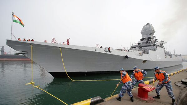 2019'da Çin Halk Kurtuluş Ordusu Donanması'nın kuruluşunun 70. yıldönümü törenlerine katılmak için Qingdao limanına demirleyen Hindistan savaş gemisi INS Kolkata  - Sputnik Türkiye