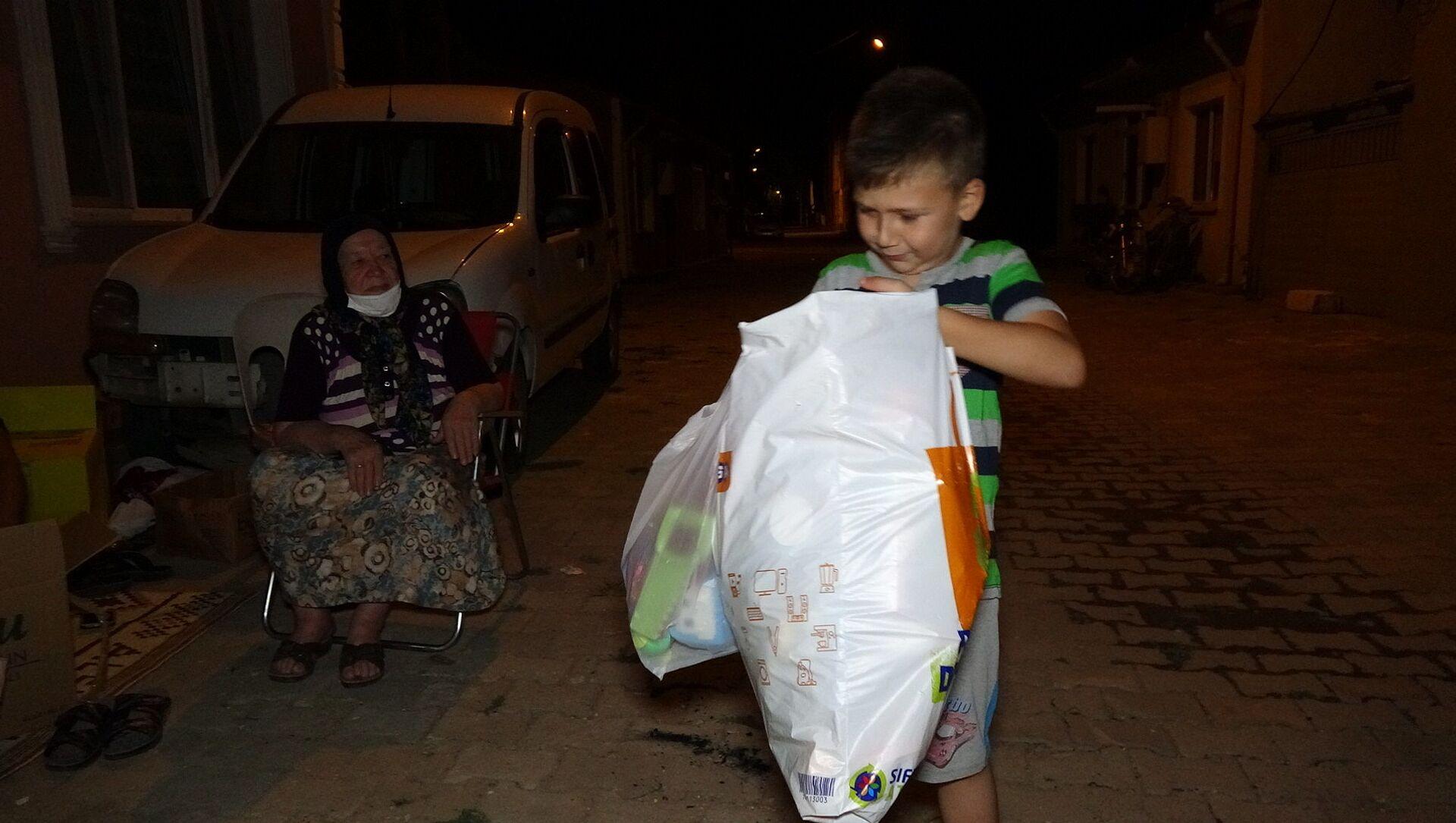 Yangında evleri yanan çocuklara oyuncaklarını gönderdi - Sputnik Türkiye, 1920, 05.08.2021