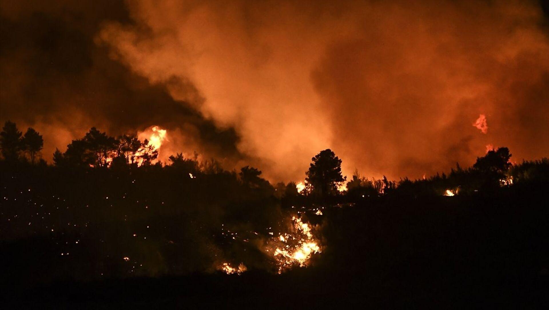 Yunanistan'ın başkenti Atina yakınlarındaki bölgede ormanlık alanda çıkan ve yerleşim yerlerini etkisi altına aldığı belirtilen yangının yeniden alevlendiği bildirildi. - Sputnik Türkiye, 1920, 06.08.2021