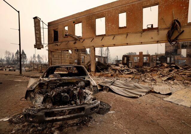 ABD'nin Kaliforniya eyaletinde yaklaşık 3 haftadır devam eden orman yangını tarihi bir kasabayı küle çevirdi.