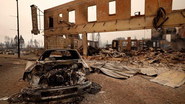 ABD'nin Kaliforniya eyaletinde yaklaşık 3 haftadır devam eden orman yangını tarihi bir kasabayı küle çevirdi. - Sputnik Türkiye
