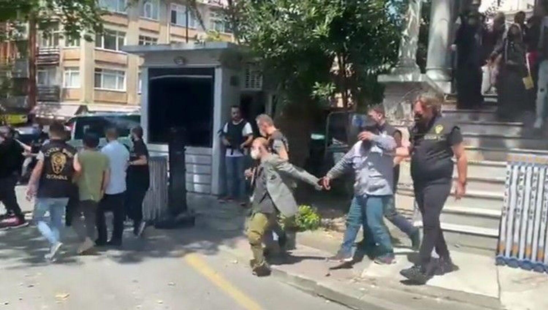 Taksim Meydanı'nda dilendirilen 26 çocuk, gelen ihbar üzerine polis ekipleri tarafından kurtarılarak koruma altına alındı. Çocukları dilendiren yabancı uyruklu 13 kişi ise gözaltına alındı. - Sputnik Türkiye, 1920, 06.08.2021