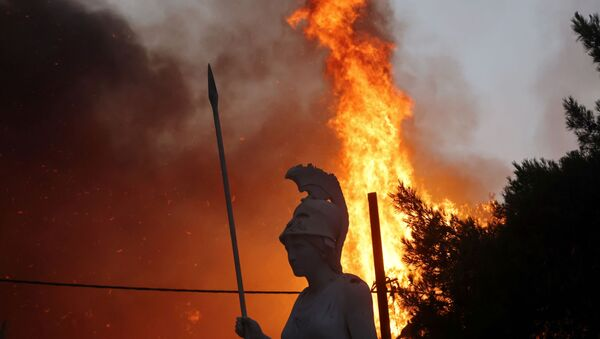 Tanrıça Athena heykeline adını verdiği Atina'nın Varympompi banliyösünde çıkan orman yangınının alevleri yaklaşırken - Sputnik Türkiye