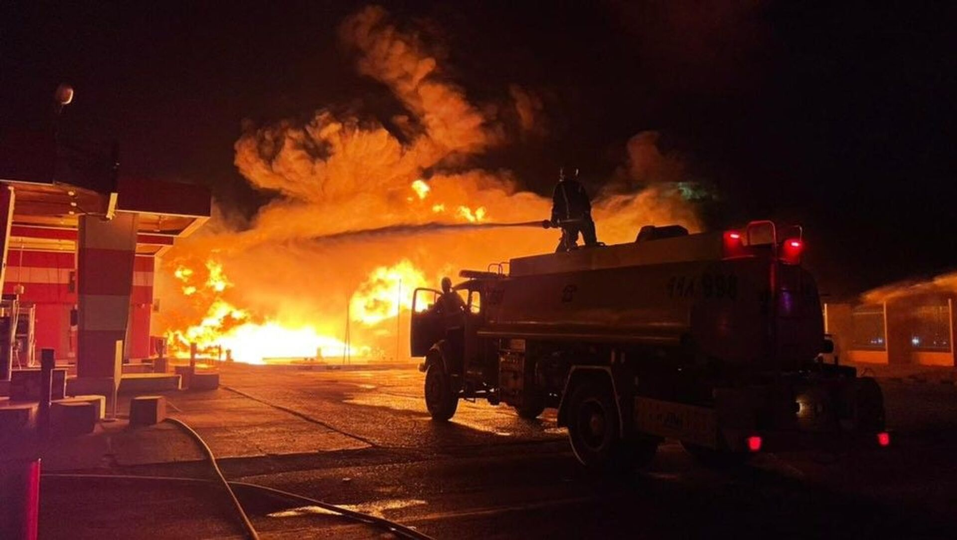 Suudi Arabistan'da bir benzin istasyonunda tankerin yakıt boşaltması sırasında yangın çıktı. - Sputnik Türkiye, 1920, 07.08.2021