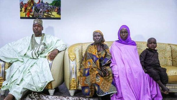 Nijerya'da Boko Haram tarafından 2014'te gerçekleştirilen okul baskınında kaçırılan kızlardan biri 2 çocukla eve döndü. - Sputnik Türkiye