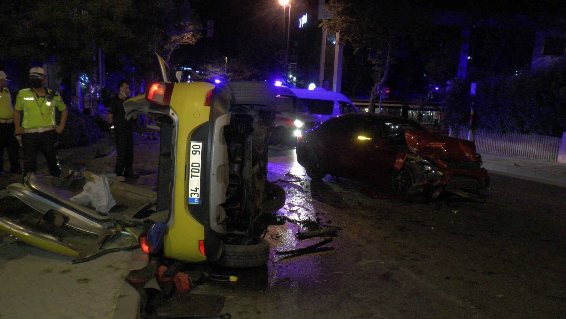 İstanbul Üsküdar'da, ticari taksi ile otomobilin çarpışması sonucu 3 kişi yaralandı. - Sputnik Türkiye, 1920, 08.08.2021