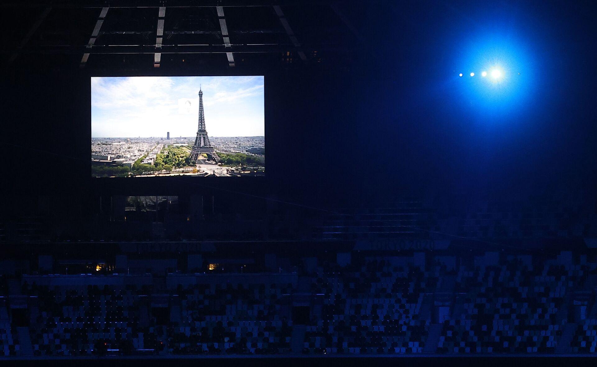 Kapanış töreninde konuşan Uluslararası Olimpiyat Komitesi Başkanı (IOC) Thomas Bach, olimpiyatların koronavirüse rağmen başarılı geçtiğini söyledi. Tokyo Valisi Yuriko Koike olimpiyat bayrağını Bach'e verdi. Bach ise bayrağı 2024 Olimpiyat Oyunları'na ev sahipliği yapacak Fransa'nın başkenti Paris'in belediye başkanı Anne Hidalgo'ya devretti. Devir töreninden sonra Fransa'nın milli marşı çalındı ve Paris'in tanıtımı stadın ekranlarına yansıtıldı. - Sputnik Türkiye, 1920, 10.08.2021