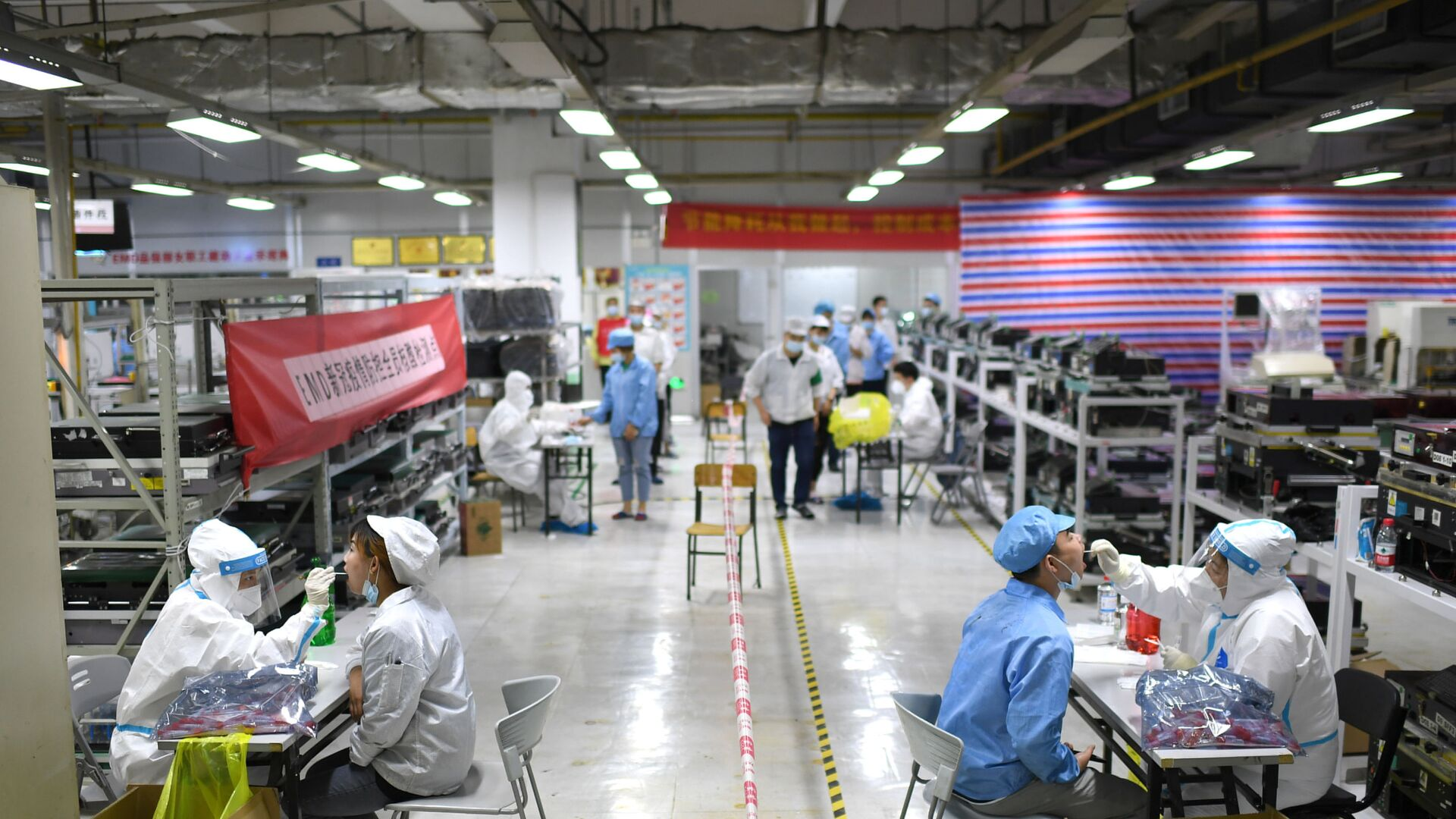 Koronavirüs salgınının (Kovid-19) sıfır noktası olduğu düşünülen Çin'in Vuhan kentinde tespit edilen Kovid-19 vakalarının ardından başlatılan test seferberliği ile kent nüfusunun neredeyse tamamına Kovid-19 testi uygulandı. - Sputnik Türkiye, 1920, 08.08.2021