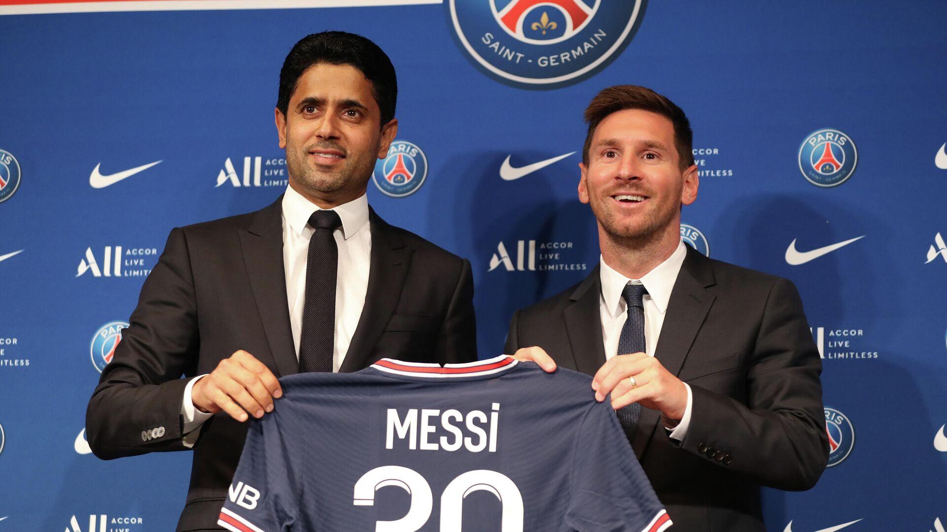 PSG Başkanı Nasır el Halifi ile sözleşme imzlayan Lionel Messi, giyeceği 30 numaralı formayla poz verdi. - Sputnik Türkiye, 1920, 12.08.2021