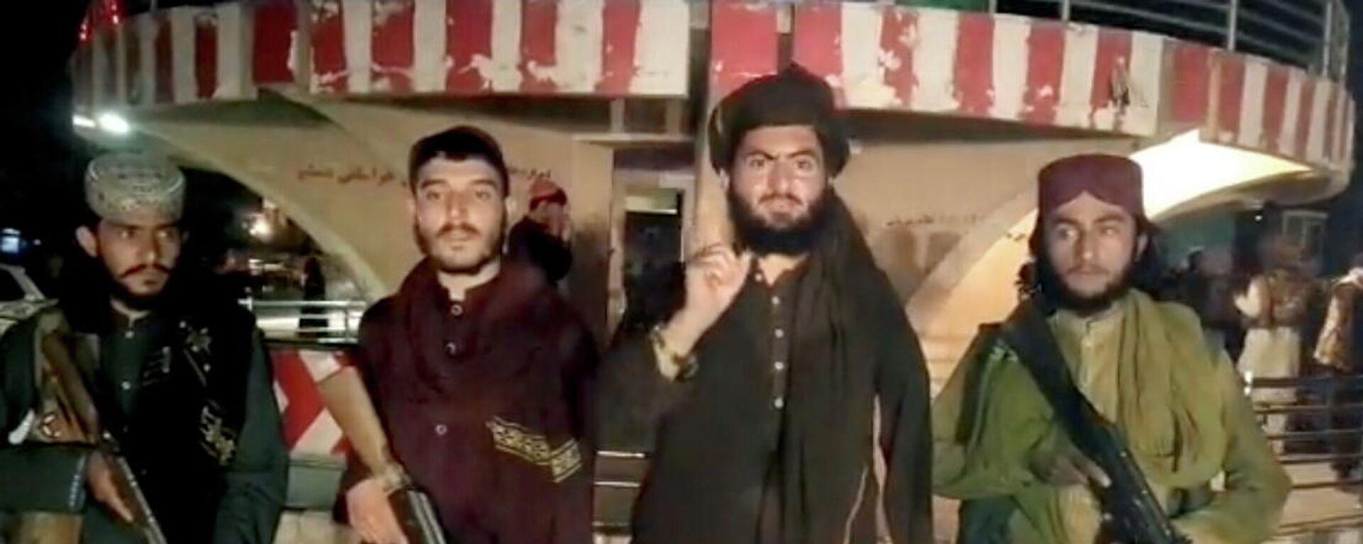 Afganistan'ın Baglan vilayetinin yönetim merkezi Pul-i Humri'yi ele geçiren Taliban militanları açıklama yaparken - Sputnik Türkiye, 1920, 11.08.2021