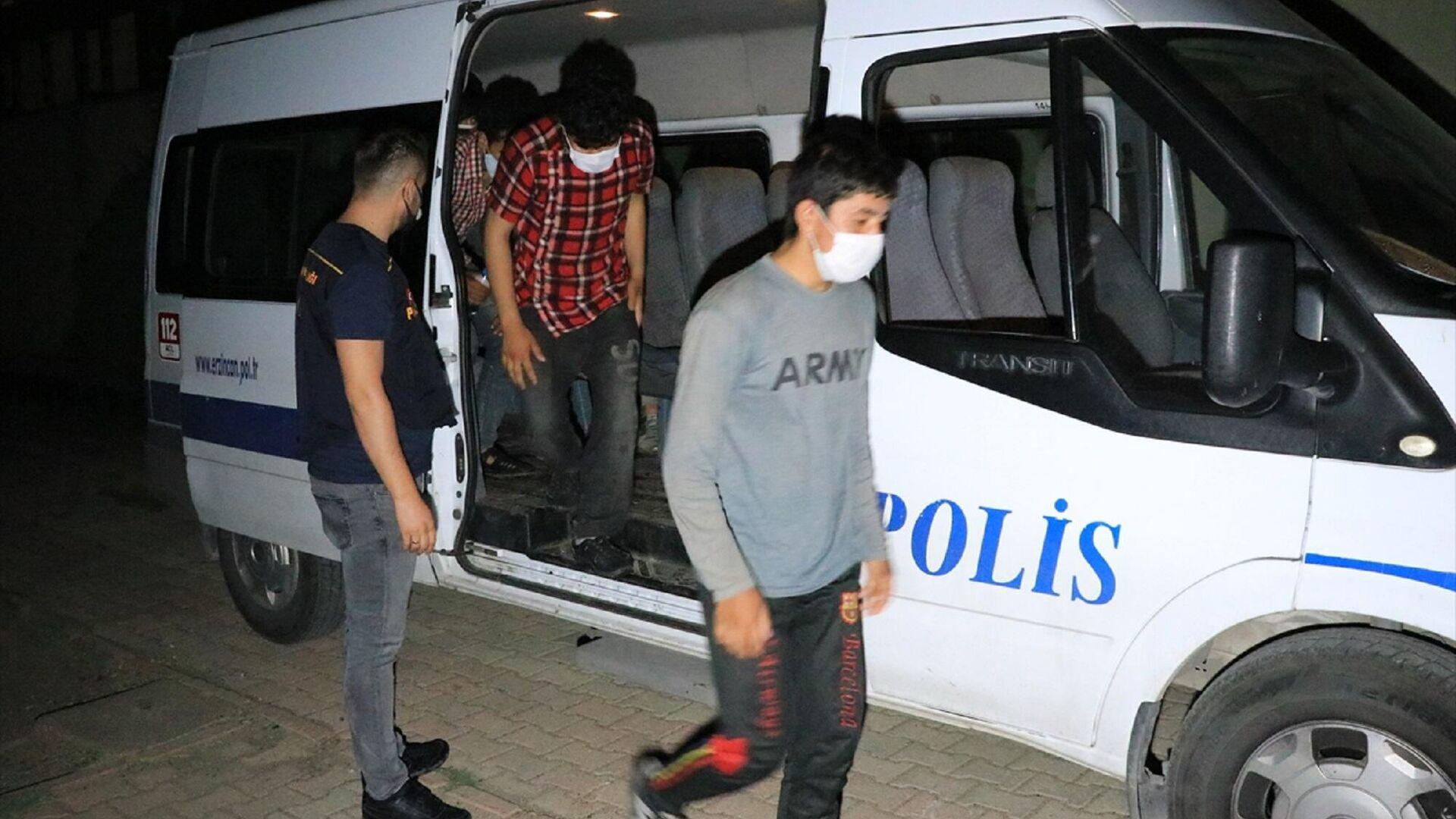 Erzincan'da bir otomobilde yurda yasa dışı yollarla girdikleri belirlenen 6 düzensiz göçmen yakalandı. Emniyetteki işlemlerin ardından adliyeye sevk edilen E.Y. çıkarıldığı sulh ceza hakimliğince tutuklandı.  - Sputnik Türkiye, 1920, 12.08.2021