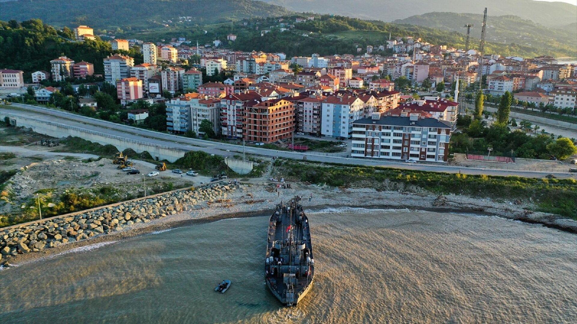 Sel bölgesinde kullanılacak iş makinelerini taşıyan Deniz Kuvvetleri Komutanlığının çıkarma gemisi, Sinop'un Türkeli ilçesine ulaştı. TCGÇ-144 isimli çıkarma gemisine Kastamonu'nun Abana sahilinden yüklenen 7 iş makinesi, 2 saatlik yolculuğun ardından Türkeli'de karaya çıkarıldı.  - Sputnik Türkiye, 1920, 17.08.2021