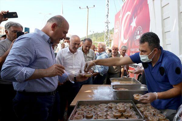 Bakan Soylu, EGM'nin mobil mutfağında yapılan aşureden vatandaşlara ikram etti. - Sputnik Türkiye