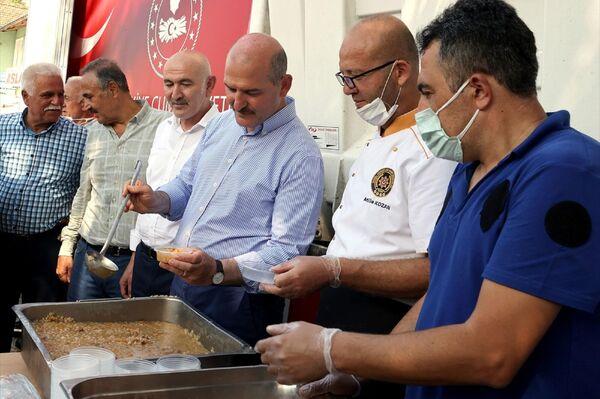 Bakan Soylu, Emniyet Genel Müdürlüğü'nce (EGM) muharrem ayı dolayısıyla gerçekleştirilen aşure dağıtım etkinliğine katıldı. - Sputnik Türkiye