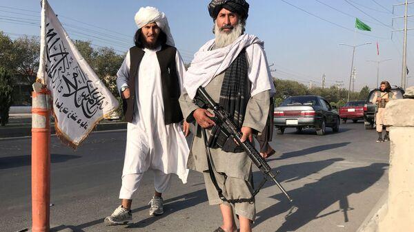 Боевик Талибана* с американской винтовкой M16 в Кабуле - Sputnik Türkiye