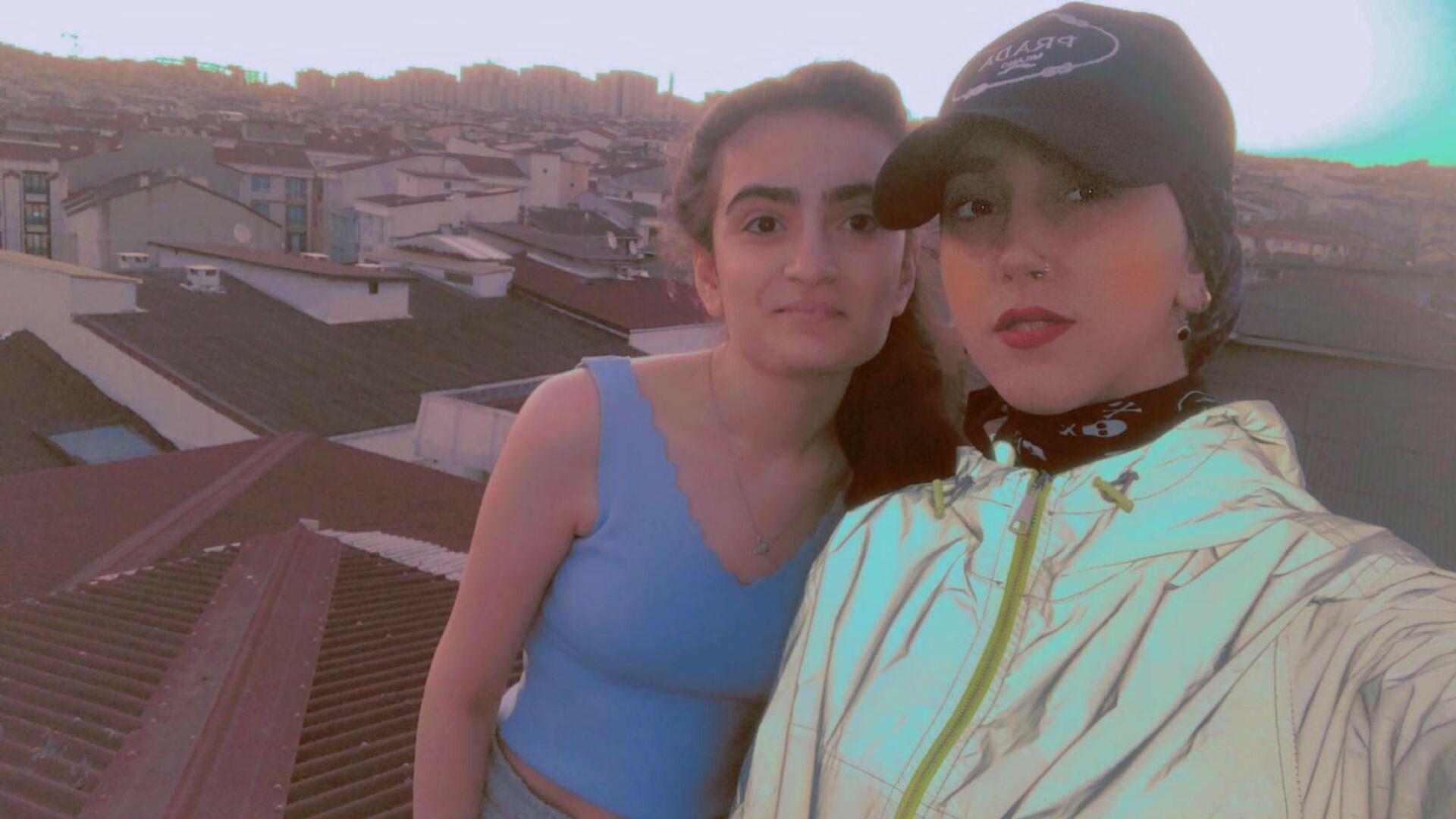 Esenyurt'ta kuzenini ziyarete giden 23 yaşındaki genç kız, bir sosyal medya platformu için video çektiği esnada çatıda bulunan plastik panelin çökmesiyle yaklaşık 50 metreden aşağı düşerek yaşamını yitirdi - Sputnik Türkiye, 1920, 22.08.2021