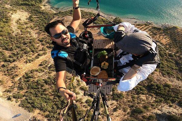 Merkez Çukurova ilçesi Seyhan Baraj Gölü kıyısı Menekşe mevkisinde, yamaç paraşütü pilotu Onur Avcu ile aşçı Yiğit Uğur Aydal atlayış yaptı. - Sputnik Türkiye