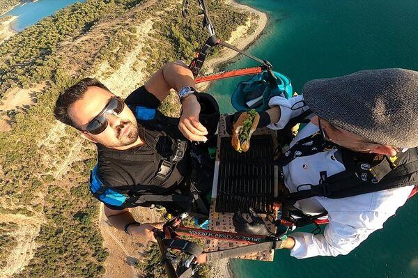 Yamaç paraşütü yaparken hamburger hazırladı - Sputnik Türkiye