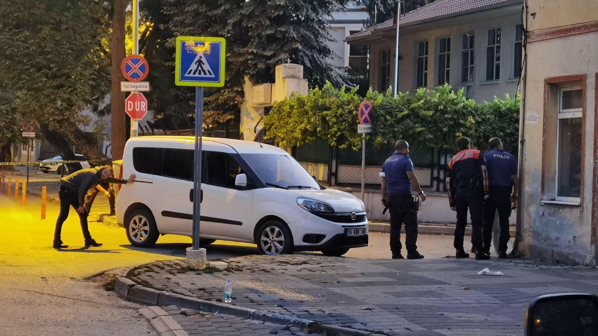 Bursa'nın İnegöl ilçesinde meydana gelen olayda, çaldığı araçla kaçmaya çalışan kişi ile polis arasında çatışma yaşandı. Çatışma anı kameraya yansırken, teslim olmamakta direnen şahıs başına dayadığı tabancayla intihar etti. - Sputnik Türkiye, 1920, 22.08.2021