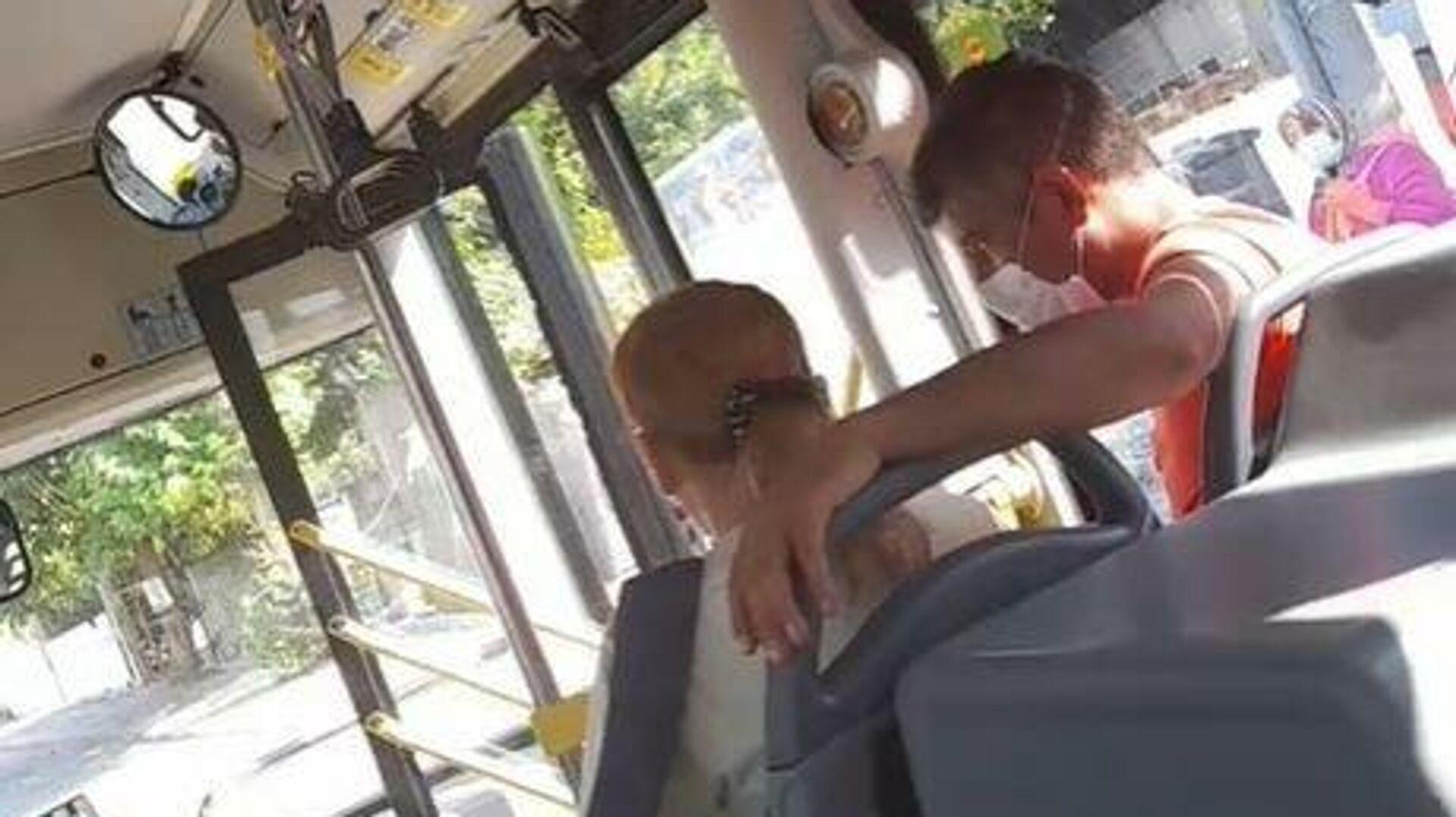 Antalya'da halk otobüsü içerisinde maske takmayı reddeden kadın adeta ortalığı birbirine kattı. Kendisinden maske takmasını isteyen otobüs şoförüne hakaretler yağdıran kadın, büyük tepki topladı. - Sputnik Türkiye, 1920, 23.08.2021