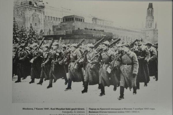 Moskova, 7 Kasım 1941. Kızıl Medydan'daki geçit töreni adlı bir fotoğraf.  - Sputnik Türkiye