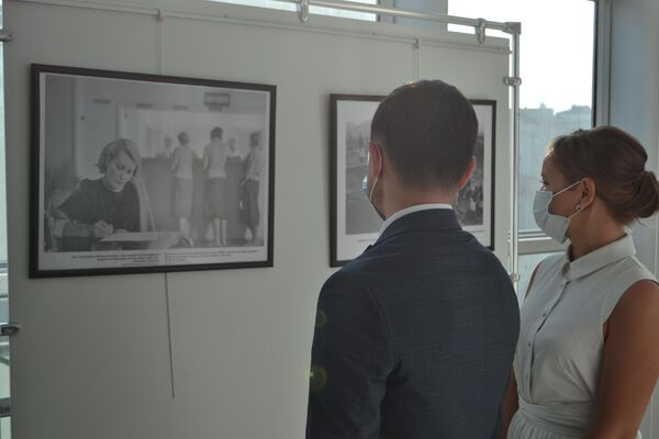 İkinci Dünya Savaşı'nın başlamasının 80. yıldönümü nedeniyle düzenlenen sinema haftası kapsamındaki fotoğraf sergisinin ziyaretçileri - Sputnik Türkiye