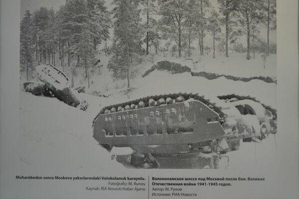 'Muharebeden sonra Moskova yakınlarındaki Volokolamsk karayolu' adlı bir fotoğraf. - Sputnik Türkiye