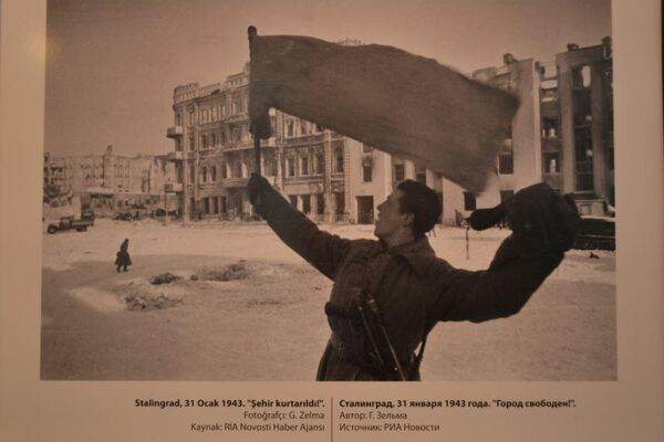 'Stalingrad,31 Ocak 1943. 'Şehir kurtarıldı' ' adlı bir fotoğraf.  - Sputnik Türkiye