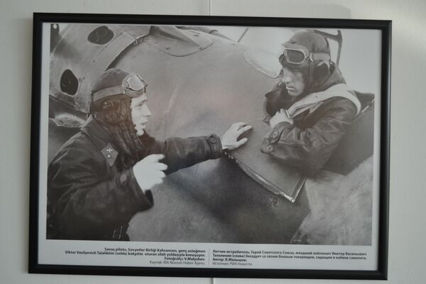 Savaş pilotu,Sovyetler Birliği Kahramanı Viktor Talalikhin(solda). - Sputnik Türkiye
