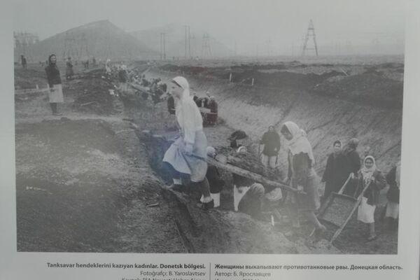 Tanksavar hendeklerini kazıyan kadınlar.Donetsk bölgesi. - Sputnik Türkiye